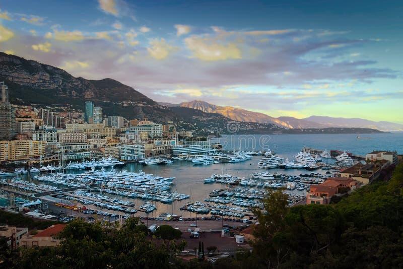 Vista di tramonto del porticciolo di principato di Monte Carlo e del Monaco fotografia stock
