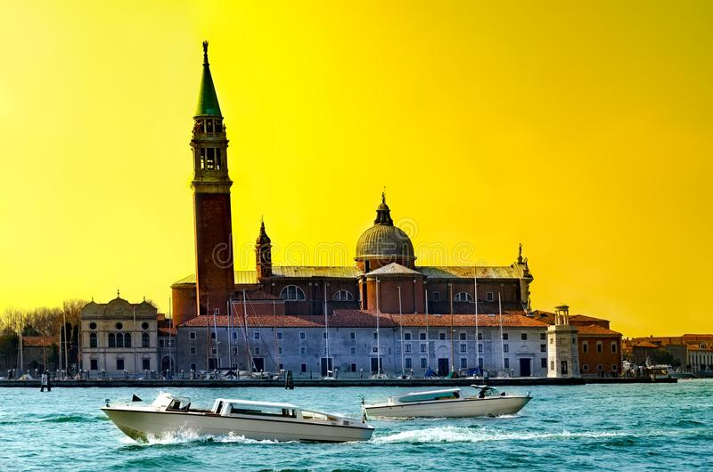 Vista di tramonto dell'isola di San Giorgio con le barche sul canale grande, Venezia, Italia fotografia stock