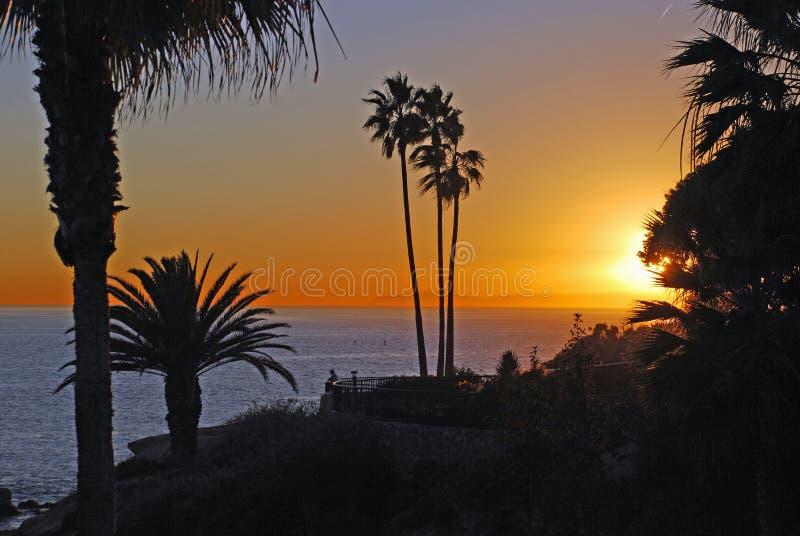 Vista di tramonto dell'oceano Pacifico fuori dal parco di Heisler, Laguna Beach, California immagine stock