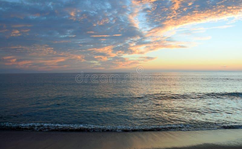 Vista di tramonto della spiaggia di Aliso, Laguna Beach, California immagini stock libere da diritti