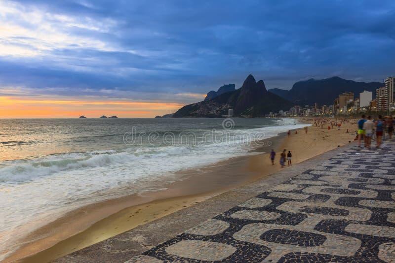 Vista di tramonto della spiaggia di Ipanema e della montagna Dois Irmao (fratello due) in Rio de Janeiro fotografia stock
