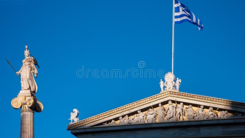 Vista di tramonto della statua di Atena davanti all'accademia di Atene, Attica fotografia stock libera da diritti