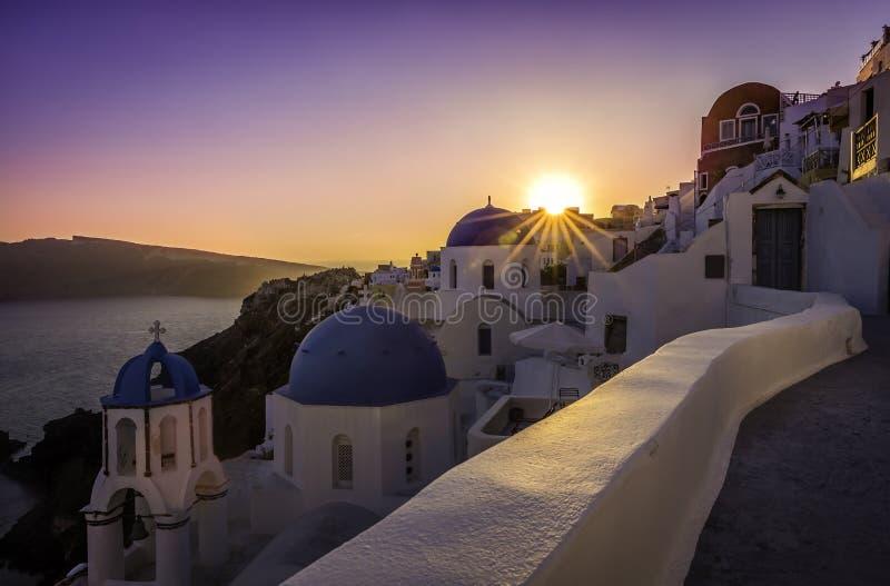 Vista di tramonto delle chiese blu della cupola di Santorini immagine stock libera da diritti