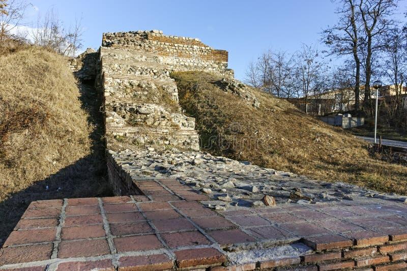 Vista di tramonto delle rovine delle fortificazioni in città romana antica di Diocletianopolis, città di Hisarya, Bulgaria fotografie stock libere da diritti