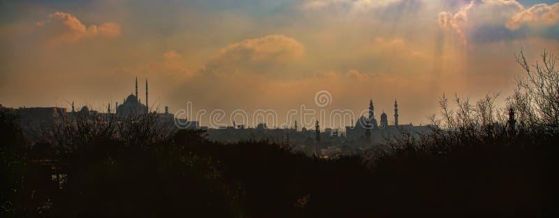 Vista di tramonto di vecchi Il Cairo e moschee fotografia stock