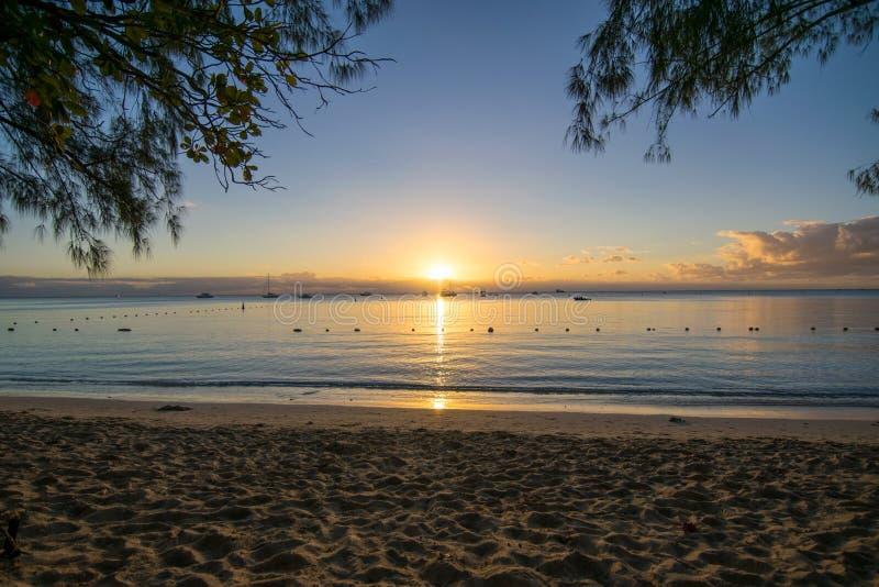 Vista di tramonto a Mont Choisy Beach Mauritius fotografia stock