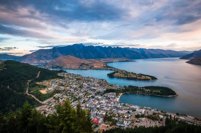 Vista di tramonto di Queenstown, Nuova Zelanda fotografia stock libera da diritti