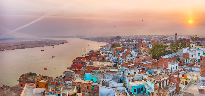 Vista di tramonto sopra Varanasi durante il festival dell'aquilone fotografia stock
