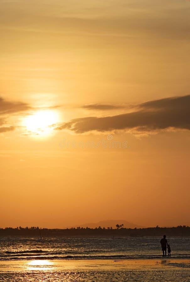 Vista di tramonto sul lato Kuantan Malesia della spiaggia fotografia stock libera da diritti