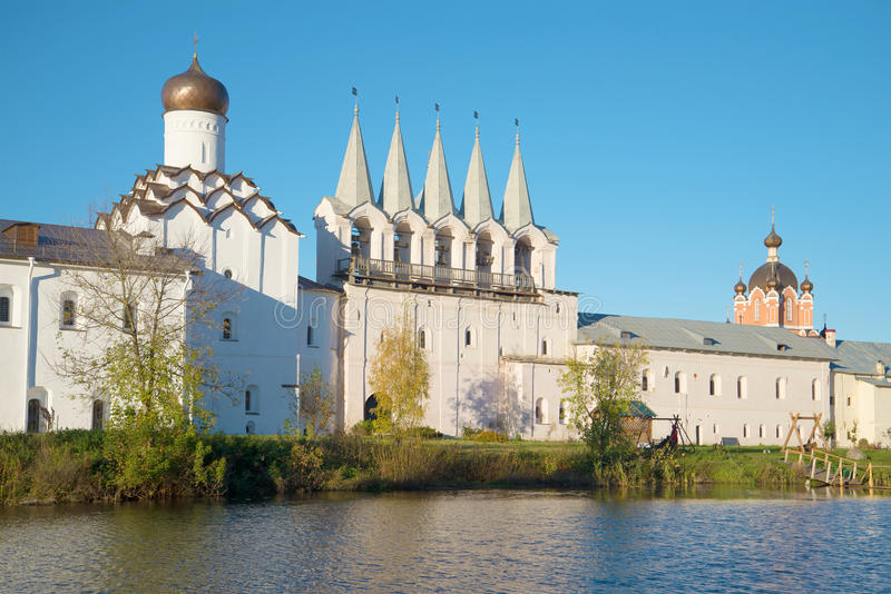 Vista di un belltower del monastero di Tichvin Uspensky nella sera di ottobre Tichvin, Russia fotografia stock