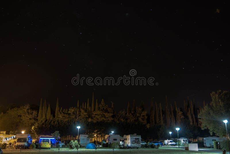 Vista di un campeggio alla notte fotografie stock libere da diritti