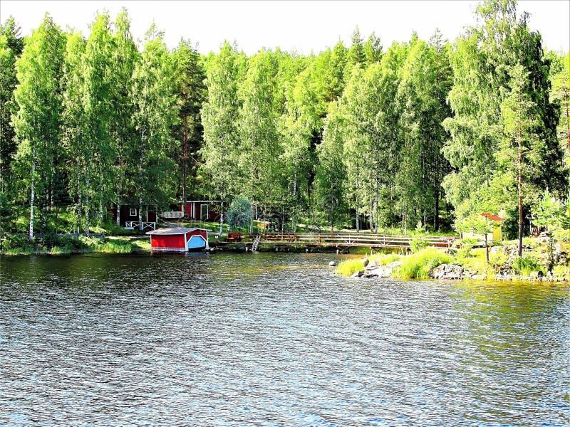 Vista di un cottage finlandese tipico di estate immagini stock