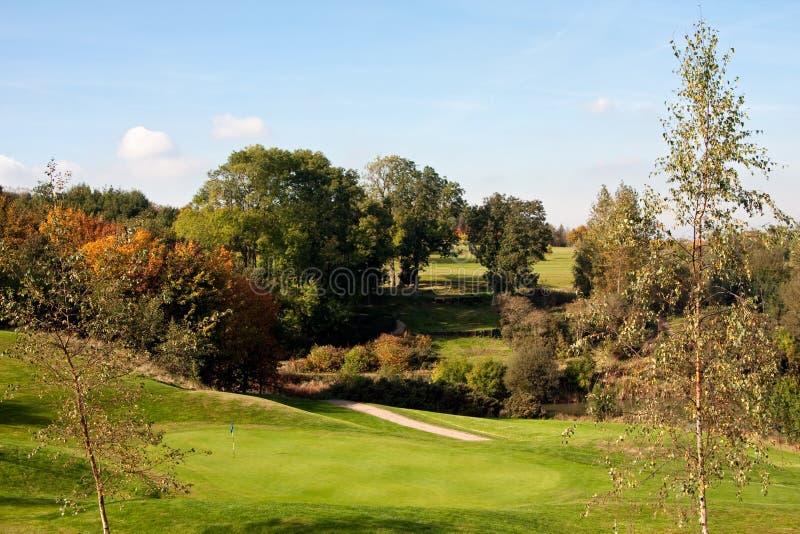 Vista di un diciottesimo verde di golf in autunno immagini stock libere da diritti