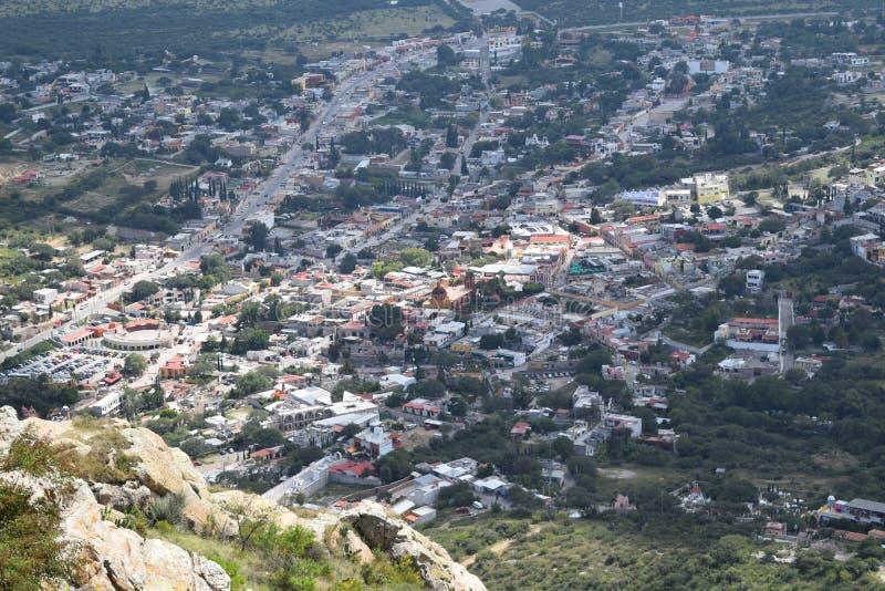 Vista di un villaggio dalle altezze immagine stock libera da diritti