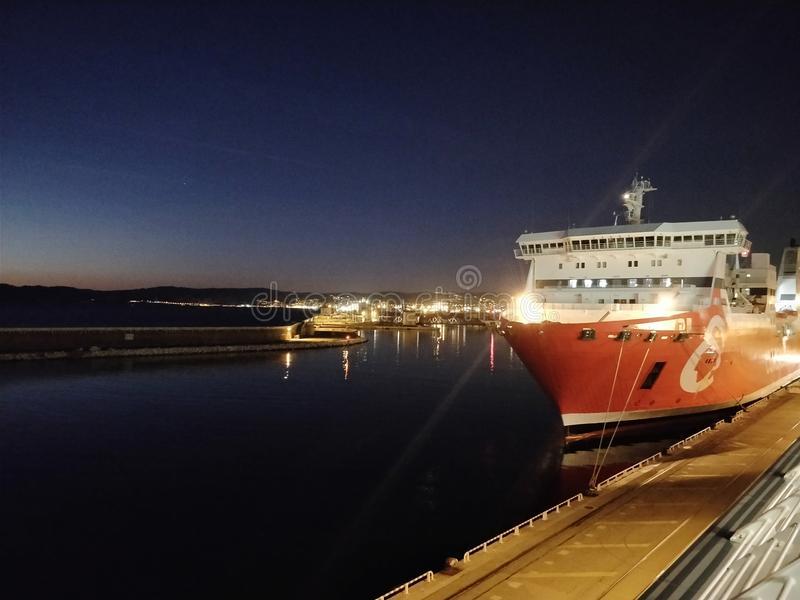 Vista di una barca turistica fotografie stock libere da diritti
