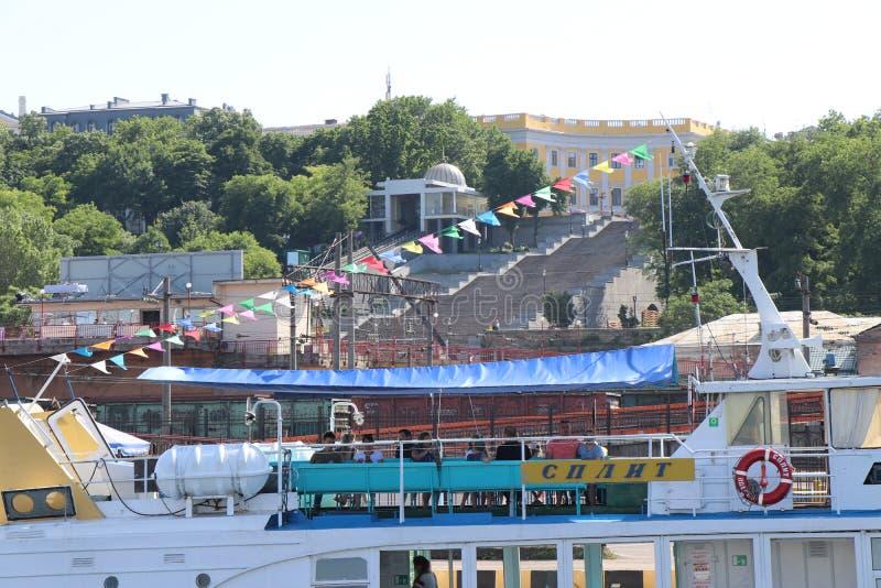 Vista di una barca turistica vicino al porto di Odessa Mar Nero fotografia stock