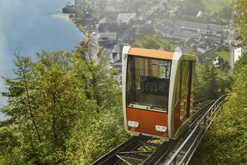 Vista di una cabina di funivia di Hallstatt dalla stazione superiore che conduce ad una vista dello skywalk in Austria con foschi immagine stock