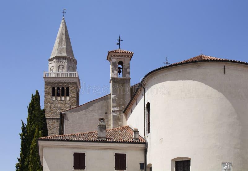 Vista di una chiesa Capodistria/Slovenia immagine stock