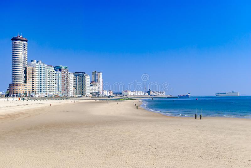 Vista di una città o una città costiera moderna e la sua spiaggia Grandi navi da carico nel mare Concetto di estate vacanza immagine stock