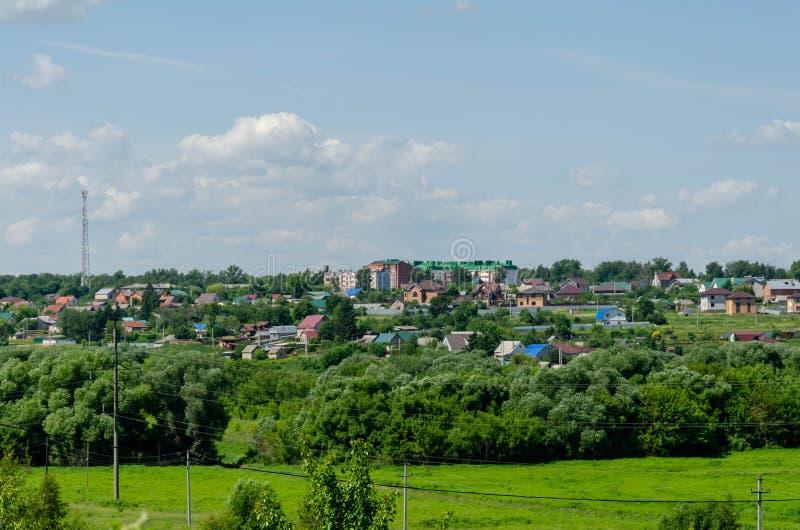 Vista di una cittadina su una collina fotografia stock libera da diritti