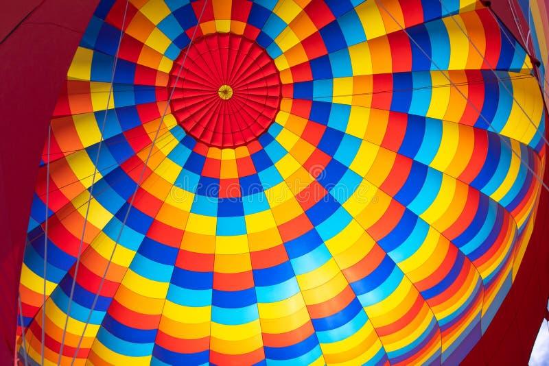 Vista di una mongolfiera che mostra un mosaico rettangolare variopinto immagini stock