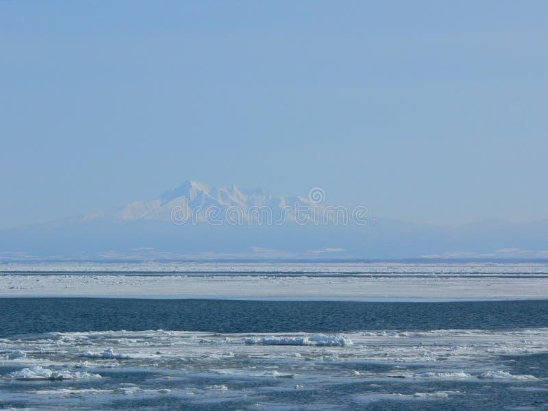 Vista di una montagna coperta di neve d'inverno da lontano fotografia stock libera da diritti