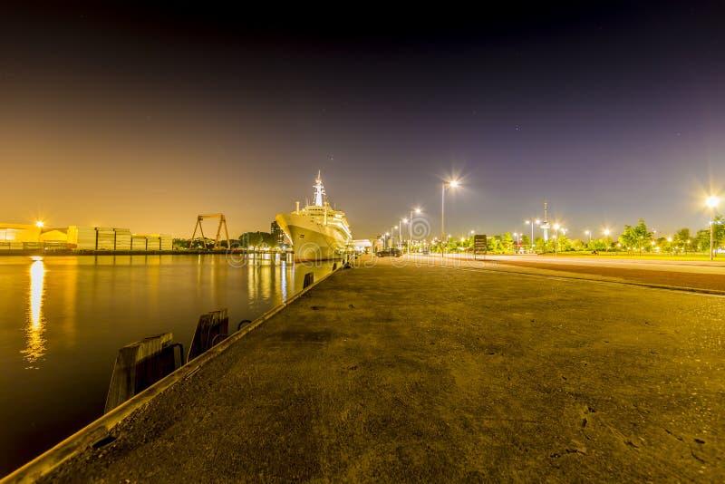 Vista di una nave da crociera ancorata nel porto alla notte immagine stock