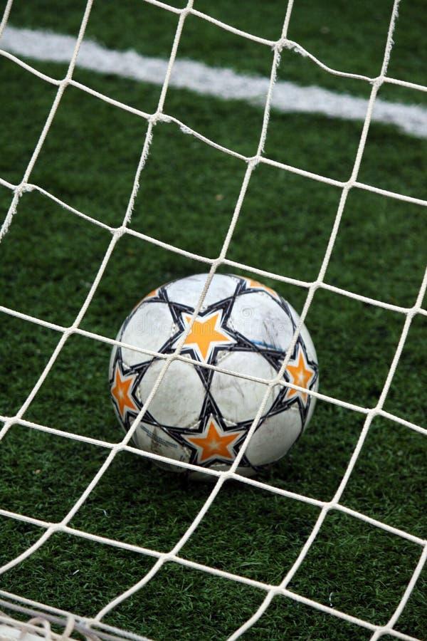 Vista di una sfera di calcio all'interno del palo fotografia stock