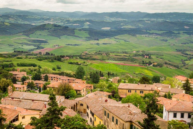 Vista di una valle verde in Volterra fotografia stock