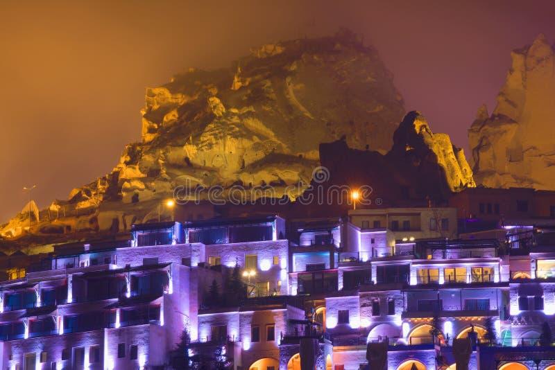 Vista di vecchia città della notte nebbiosa di Uchisar Cappadocia fotografie stock libere da diritti