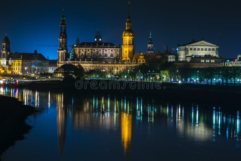 Vista di vecchia città di Dresda alla notte con una vista di acqua e la riflessione della città come pure, delle chiese, delle to fotografia stock