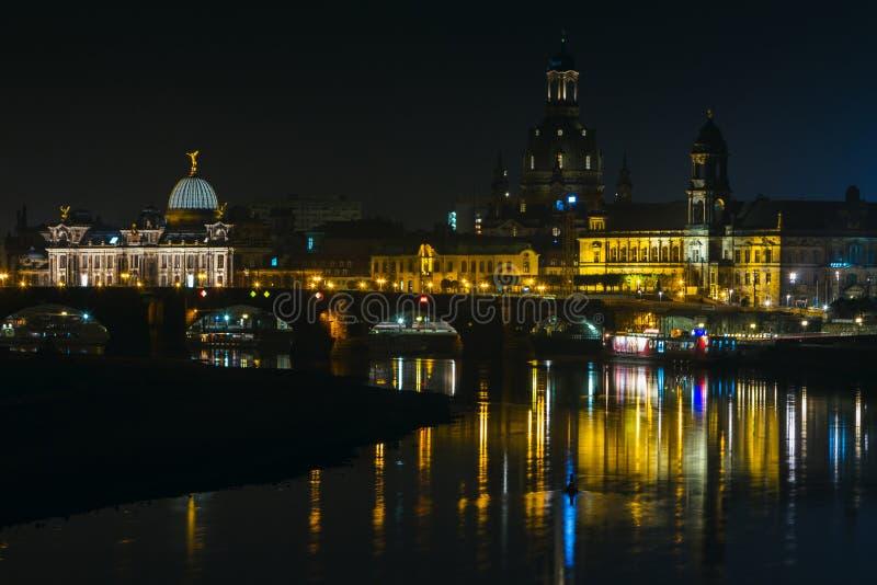 Vista di vecchia città di Dresda alla notte con una vista di acqua e la riflessione della città come pure, delle chiese, delle to fotografie stock