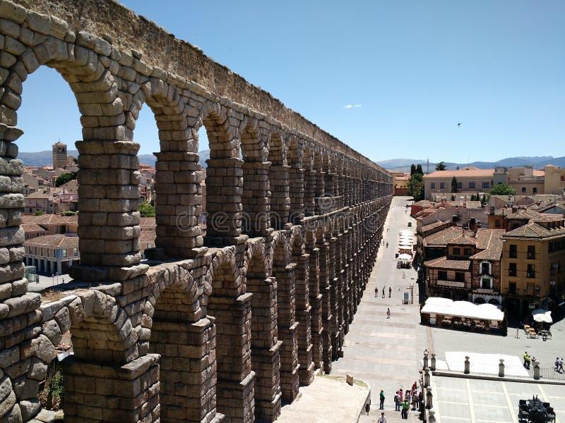 Vista di vecchia città di Segovia, dalle scale dell'aquedotto immagine stock