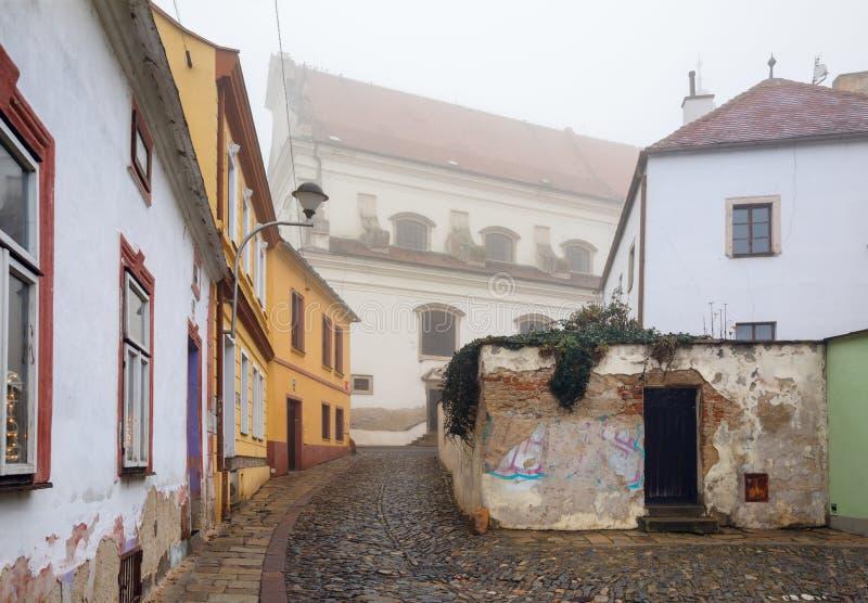 Vista di vecchia via residenziale che conduce all'arcangelo Michael Church Znojmo, repubblica Ceca fotografia stock