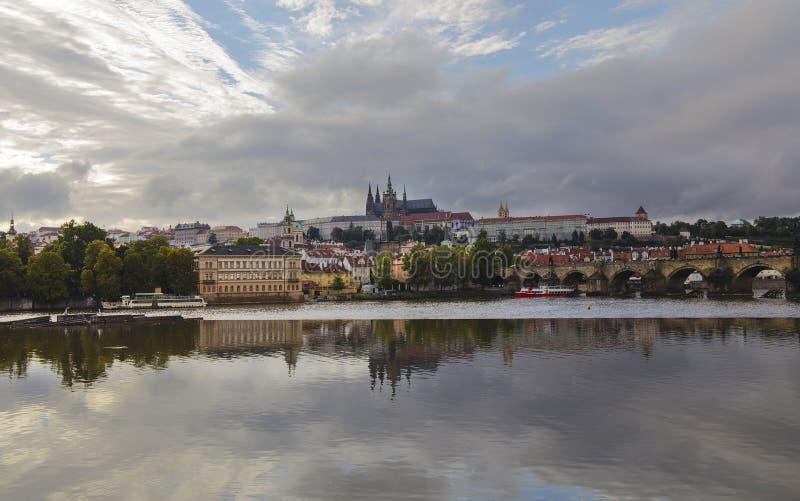 Vista di vecchie città di Praga e st Vitus Cathedral immagine stock