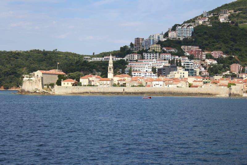 Vista di vecchio Budua dal mare montenegro immagine stock