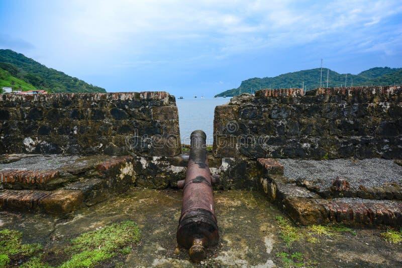 Vista di vecchio cannone spagnolo in una fortificazione coloniale in Portobelo, P immagini stock