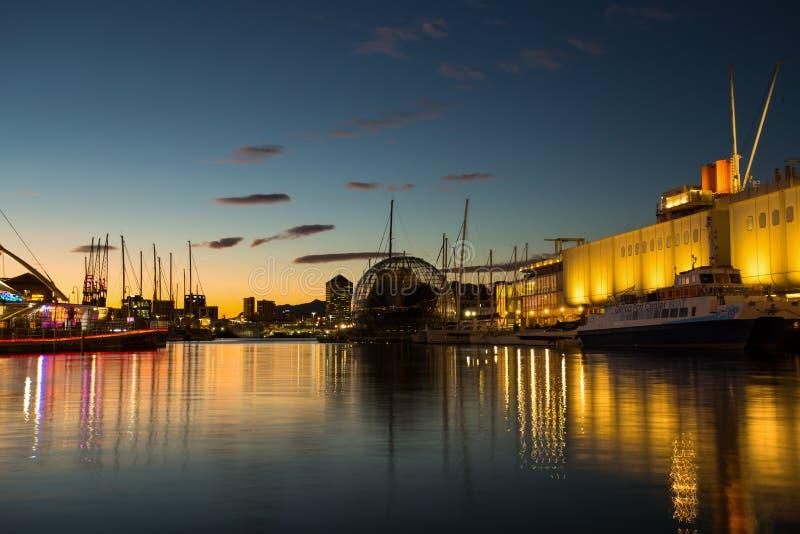 Vista di vecchio horbor Oporto Antico all'ora blu in Genoa Genova, Italia immagini stock libere da diritti