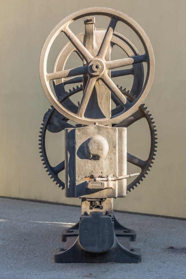 Vista di vecchio motore della nave come pezzo decorativo sull'esterno immagine stock libera da diritti