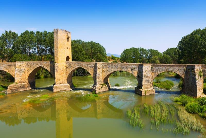 Vista di vecchio ponte di pietra sopra l'Ebro Frias immagine stock libera da diritti