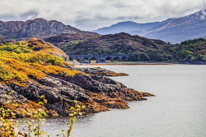 Vista di vecchio ponte ferroviario di pietra in Scozia fotografia stock