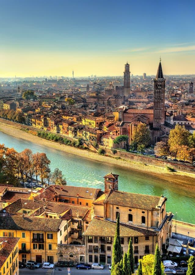 Vista di Verona con la chiesa di Santa Anastasia immagini stock