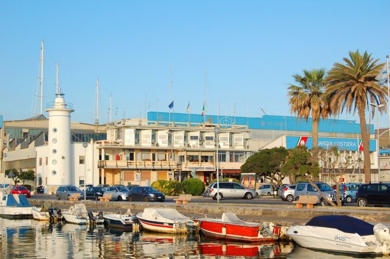 Vista di Viareggio del faro e delle barche del porto immagini stock