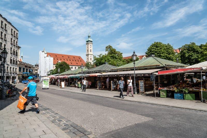 Vista di Viktualienmarkt un il giorno soleggiato di estate immagini stock