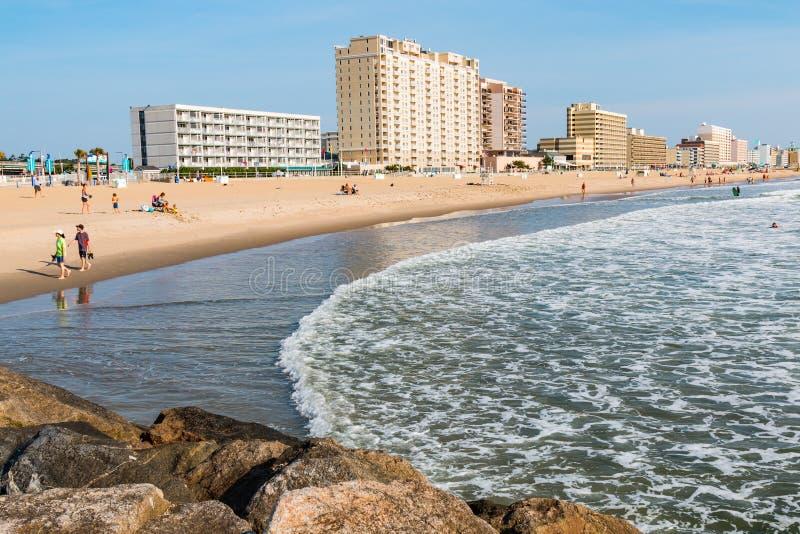Vista di Virginia Beach Boardwalk Hotels e della spiaggia fotografie stock libere da diritti