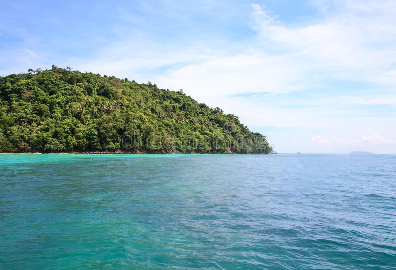 Vista di vista sul mare con l'isola verde fotografie stock