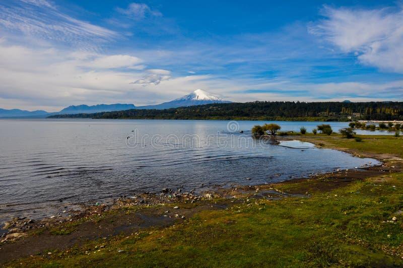 Vista di Volcan Villarrica da Villarrica stesso, Cile immagini stock libere da diritti
