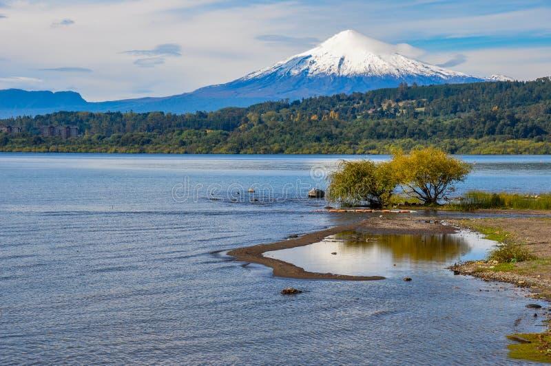Vista di Volcan Villarrica da Villarrica stesso, Cile immagine stock