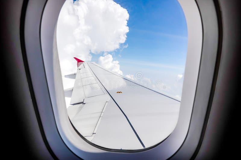 Vista di volo dell'ala di aereo dalla finestra dell'aeroplano di mattina fotografia stock