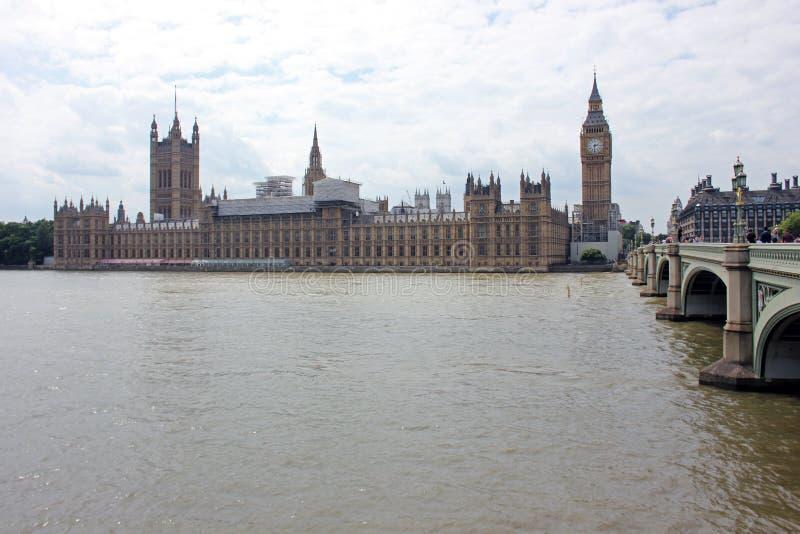 Vista di Westminster Abbey And Big Ben attraverso il Tamigi, Londra, Regno Unito fotografie stock libere da diritti